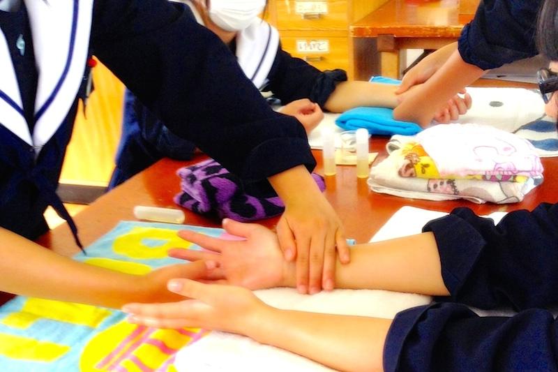 中学生のアロマセラピー講座の様子2